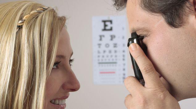 Eine Augenarzt nimmt eine Augenspiegelung vor.