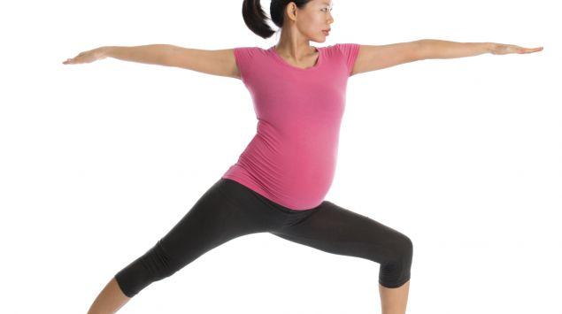 Schwangere im Ausfallschritt