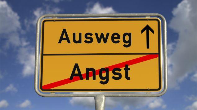 """Ein Verkehrsschild: Das Wort """"Angst"""" ist durchgestrichen, da drüber steht """"Ausweg"""""""