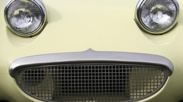 Man eine Autofront, auf der ein Gesicht zu erkennen scheint.
