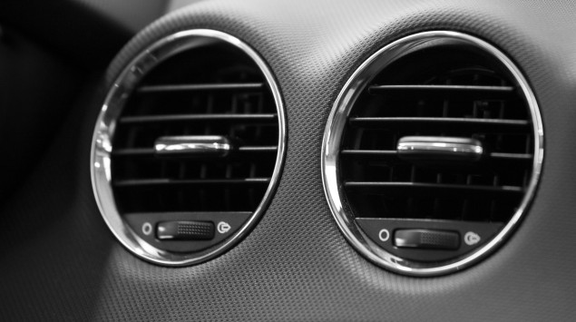 Man eine Autolüftung, bei der scheinbar ein Gesicht zu erkennen ist.