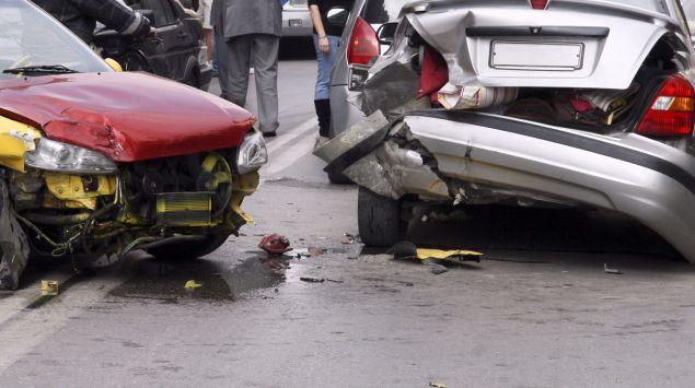 Man sieht zwei demolierte Autos nach einem Unfall.