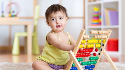 Ein Baby mit Abacus.