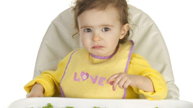 Ein Baby mag keine Erbsen.