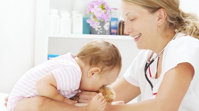 Eine Kinderärztin impft ein Baby.