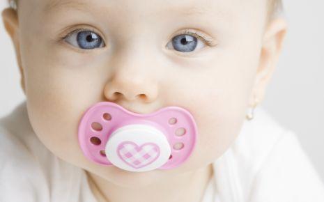 Spätestens ab dem dritten Lebensjahr sollten Sie Ihrem Babys den Schnuller abgewöhnen.