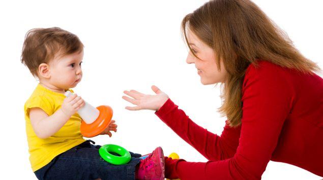 Ein Baby spielt mit seiner Mutter.
