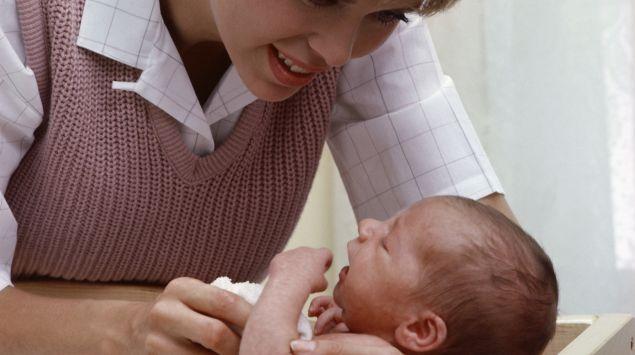 Mutter wäscht Säugling in Babywanne