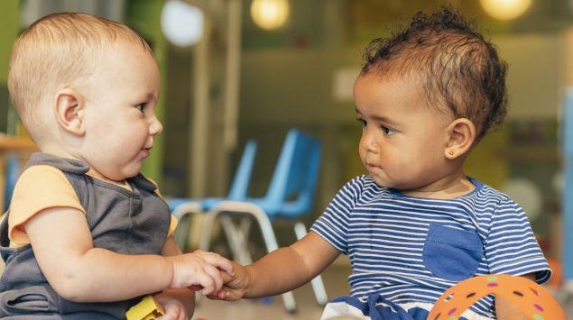 Zwei Babys spielen im Kindergarten.