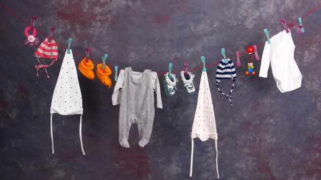 Babykleidung auf einer Wäscheleine.