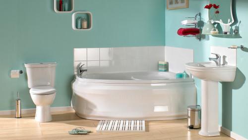 Ein Badezimmer mit Badewanne, Toilette und Waschbecken.