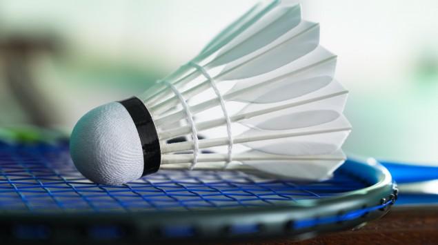 Federball liegt auf Badmintonschläger