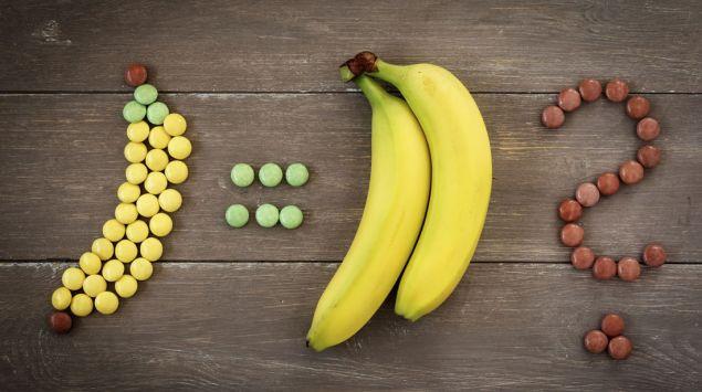 Süßigkeiten in Bananenform und eine Banane.