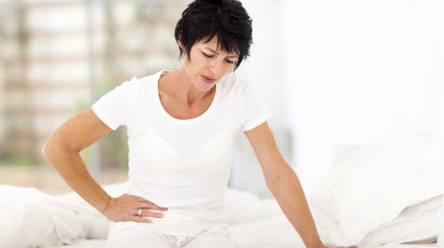 Eine Frau hat Bauchschmerzen.