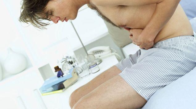 Ein Mann hat starke Bauchschmerzen.