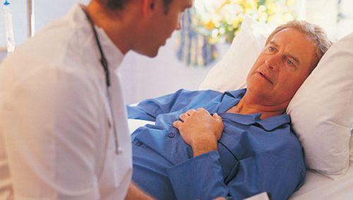 Ein Arzt bespricht sich mit einem Patienten.
