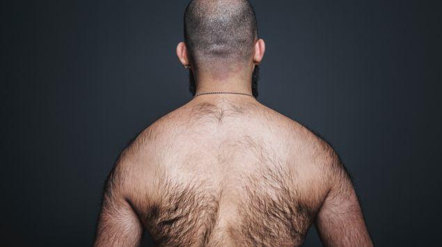 Der behaarte Rücken eines Mannes.
