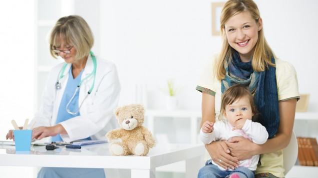 Mutter und Kind bei einer Kinderärztin.