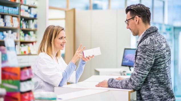 Eine Apothekerin berät einen Kunden: Ein Rezept ist nicht unbegrenzt gültig.