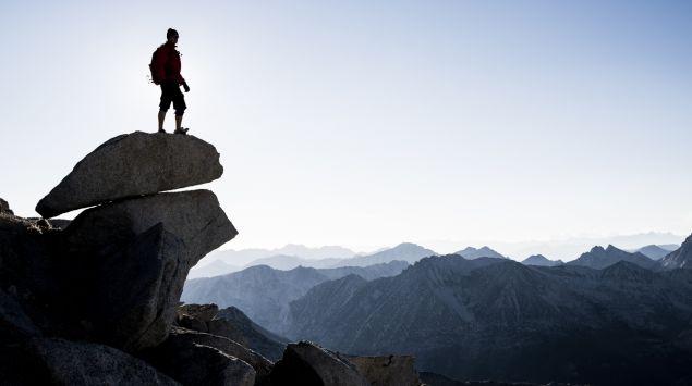 Das Bild zeigt einen Bergsteiger auf einem Felsvorsprung.