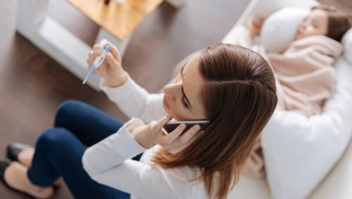 Eine besorgte Mutter ruft den Arzt, weil ihr Kind krank ist.