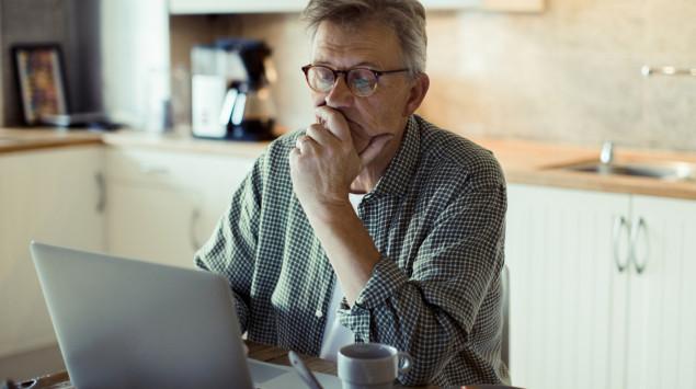 COPD-Patienten zählen bei Covid-19 zur Risikogruppe: Ein Mann mit COPD informiert sich zum Thema Coronavirus.