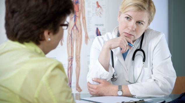 Eine Ärztin im Gespräch mit einer Patientin.