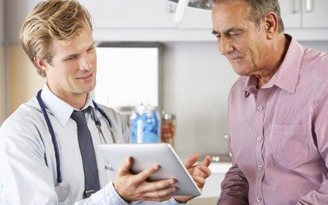 Ein Arzt bespricht etwas mit einem Patienten.