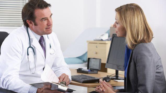 Ein Arzt im Gespräch mit einer Patientin.