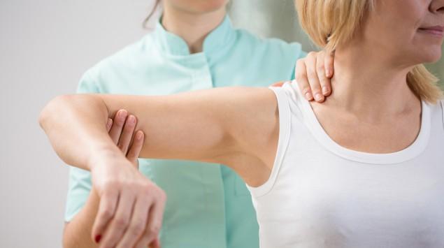 Muskelschwund? Eine Ärztin untersucht den Arm einer Frau.