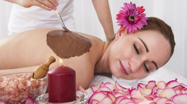 Eine Frau bekommt eine Wellness-Behandlung mit Schokolade.