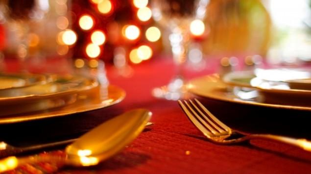 Ein Besteck auf einem festlich geschmückten Tisch.