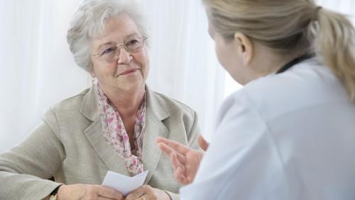 Eine ältere Frau im Gespräch mit einer Ärztin.