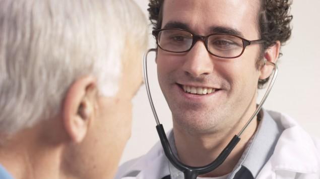 Man sieht einen älterer Mann beim Arzt.