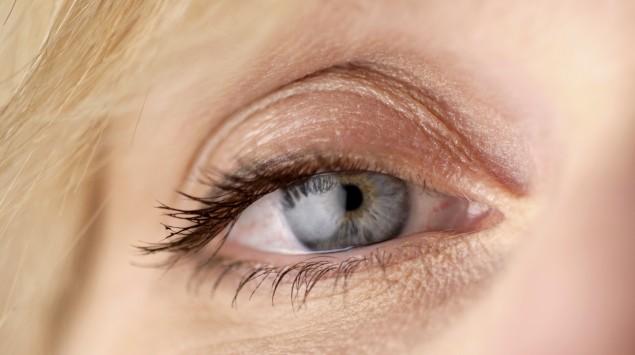 Das Bild zeigt eine tränendes Auge.