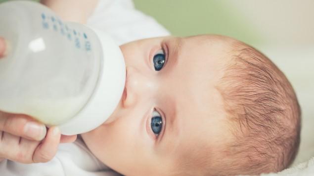 Ein Baby trinkt aus der Flasche.