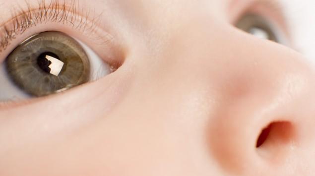 Man sieht die Augen eines Babys.