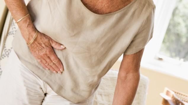 Eine ältere Frau hat Bauchschmerzen.