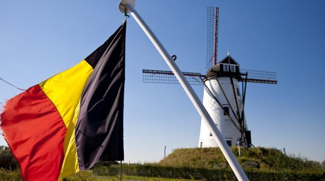 Man sieht eine Windmühle und die belgische Flagge.