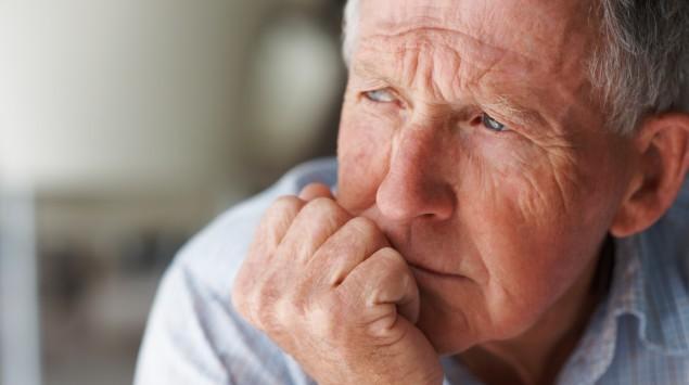 Das Bild zeigt einen nachdenklichen älteren Mann.