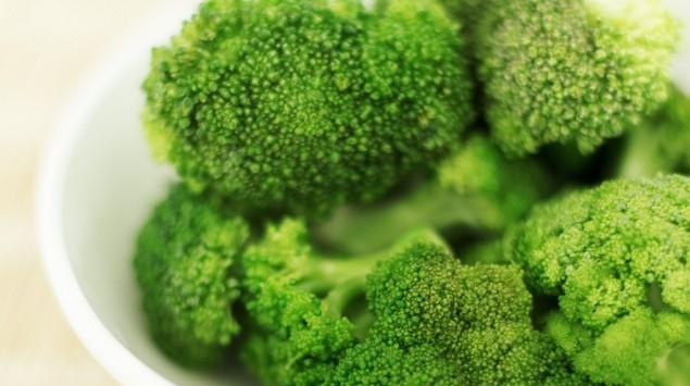 Das Bild zeigt eine Schale mit Brokkoli.