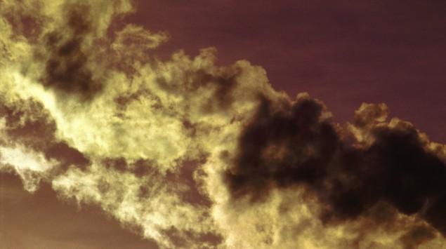 Das Bild zeigt eine Abgaswolke am Himmel.