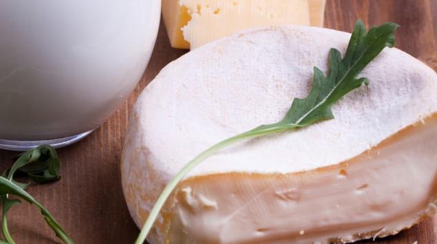 Man sieht Milch und Käse.