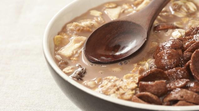 Das Bild zeigt eine Schüssel mit Cerealien und Milch.