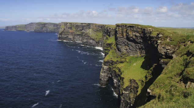 Man sieht die Cliffs of Moher in Irland.