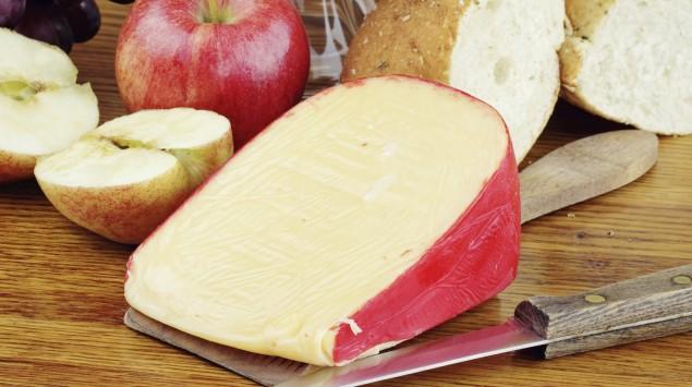 Man sieht ein Stück Edamer-Käse.