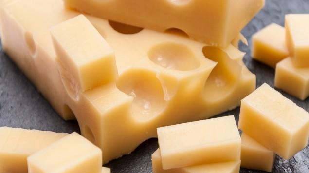 Man sieht Emmentaler-Käse.