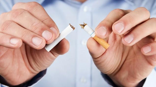 Das Bild zeigt einen Mann, der eine Zigarette zerbrochen hat.