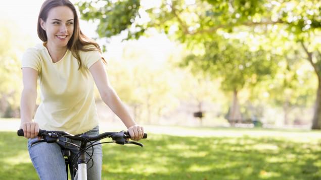Eine Frau fährt mit dem Rad.