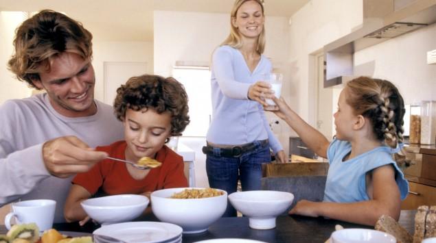 Man sieht eine Familie beim Frühstück.